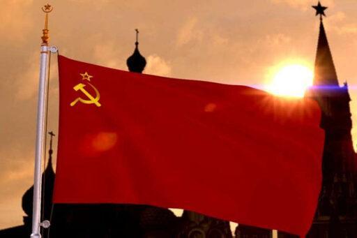 Флаг СССР на фоне Кремля