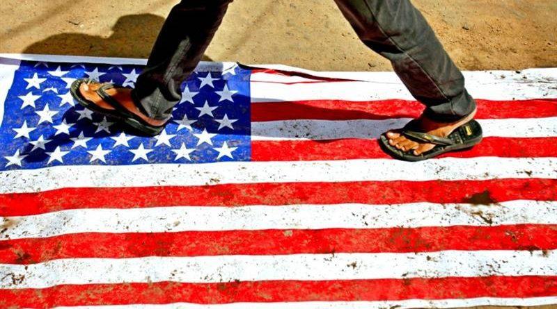 Растоптанный американский флаг