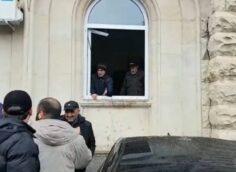 Штурм администрации президента в Абхазии. Активисты оппозиции вставят выбитые стёкла за свой счёт