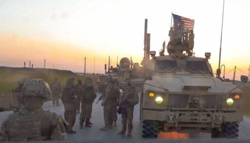 «Российские военные в шапках-ушанках, американцы в шлемах и с оружием»: в сети комментируют фото из Сирии