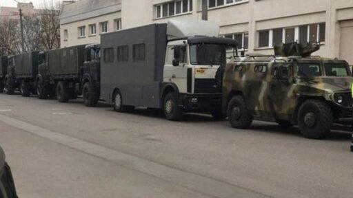 Колонны техники силовиков стягиваются в центр Минска