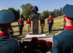 В Донецке состоялась церемония открытия бюста Герою ДНР Михаилу «Гиви» Толстых